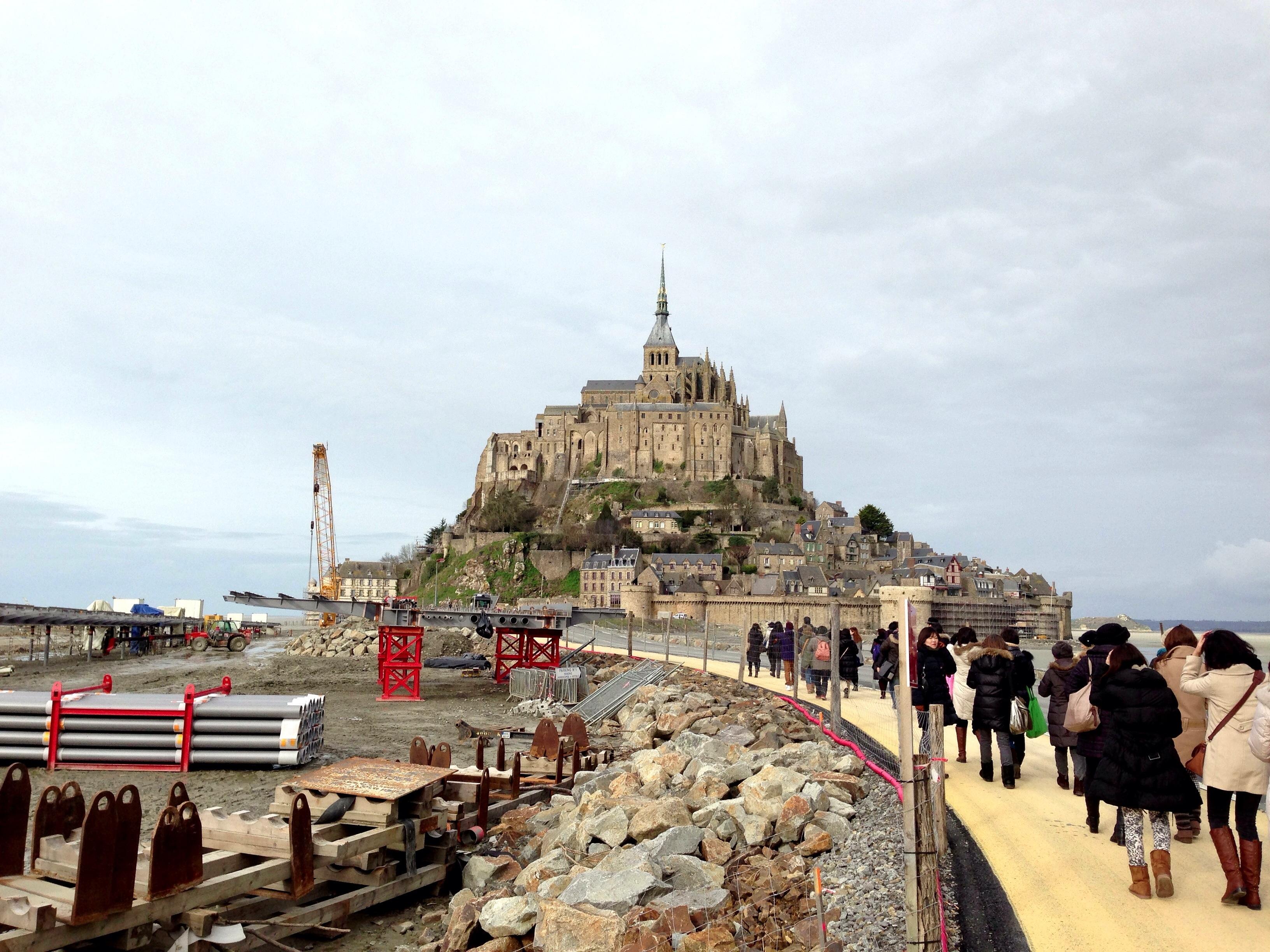 世界遺産のモン・サン=ミシェル(Mont Saint-Michel)は砂の堆積で陸地化が進み、島ではなくなっていた!