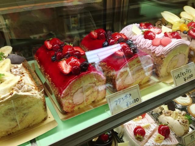 大きめでフルーツたっぷりのロールケーキも1100円!