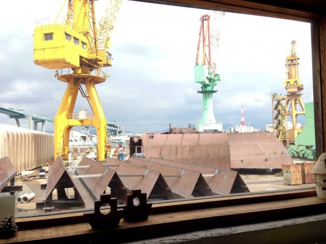 造船所を眺めながらフレンチトーストを食べ、車の話をするひと時