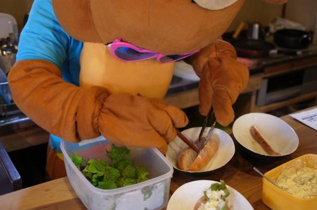 野菜を挟んで…