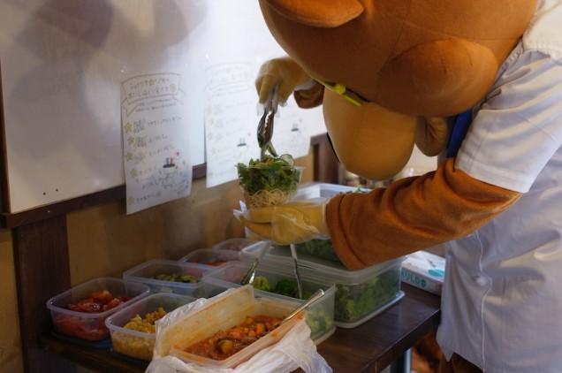 パスタの上に野菜を盛って