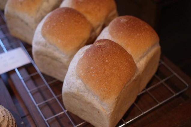 食パンは、黒ゴマ食パンもあり!
