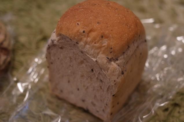 黒ゴマ食パンのハーフ!250円!