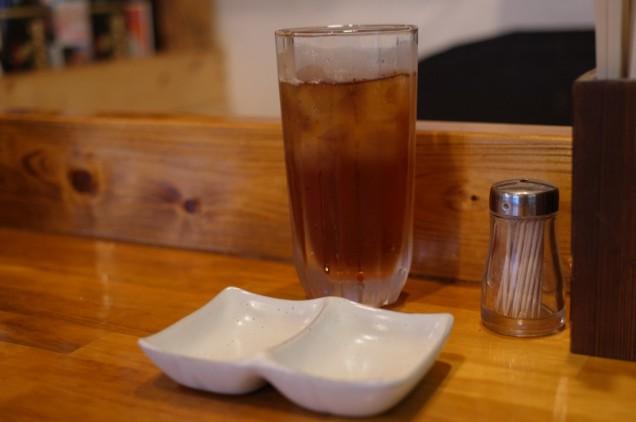 一人でウーロン茶を飲みながらカウンター!