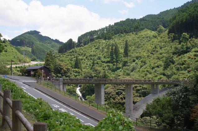 駐車場からの眺め!大きな橋があります!