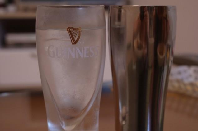 普通のコップには冷たい水、タンブラーにも同じく冷たい水