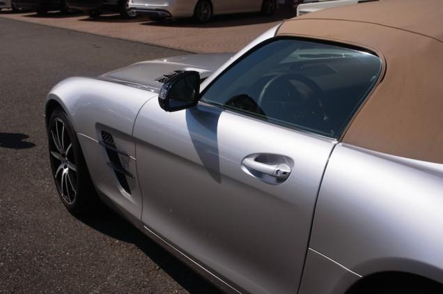 AMGアルビームシルバーのボディに、ベージュのソフトトップ!