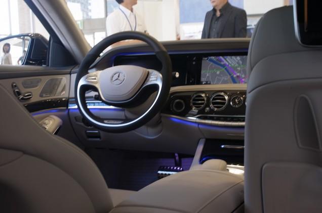 偉い人の後席から運転席を眺める