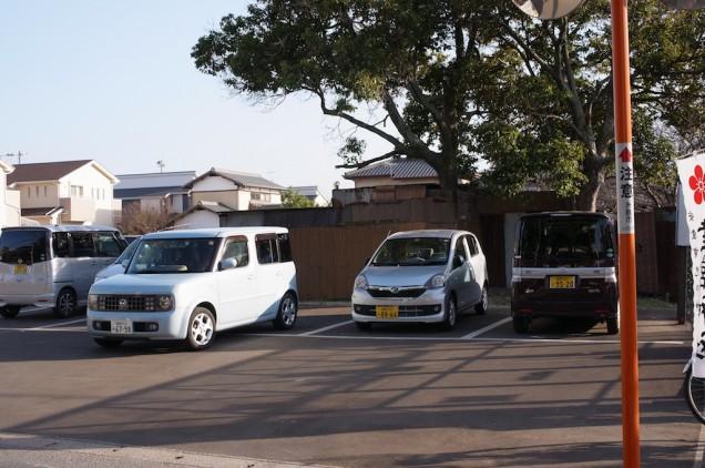 神社の前に駐車場があります