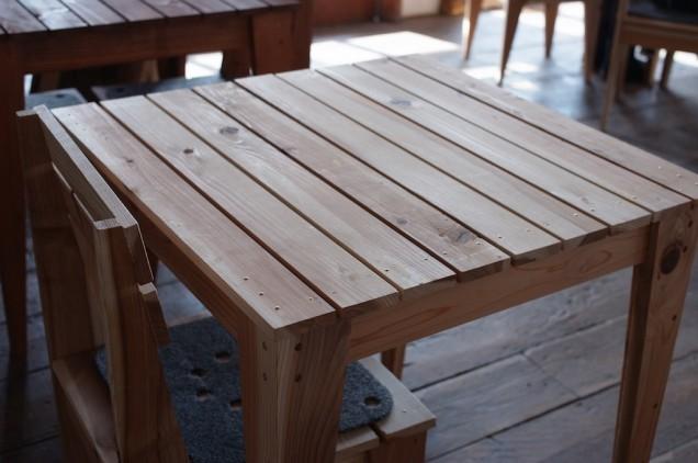 木のテーブルもいい感じ!