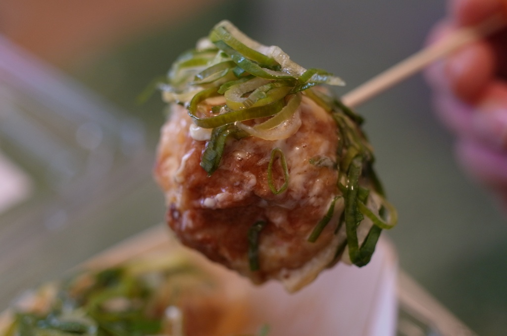いとゴンのタマゴ – タコ焼きと思いきや、中からウズラの玉子が!美味しい糸島のネギもたっぷりで、これは上質なB級グルメだ!