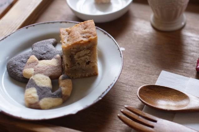 バナナケーキとネコの形をしたクッキー