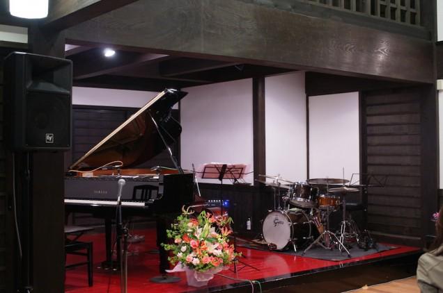 ステージには楽器がセットアップされています!