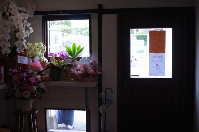 入口側にもカウンターがありますが、今は花でいっぱいに!