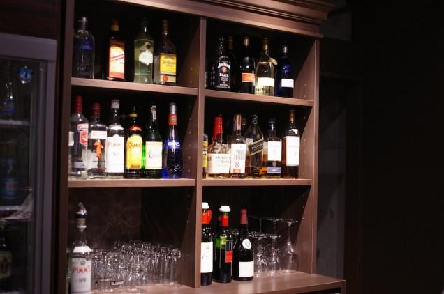 カウンターの後ろにはお酒がズラリと並べられています!