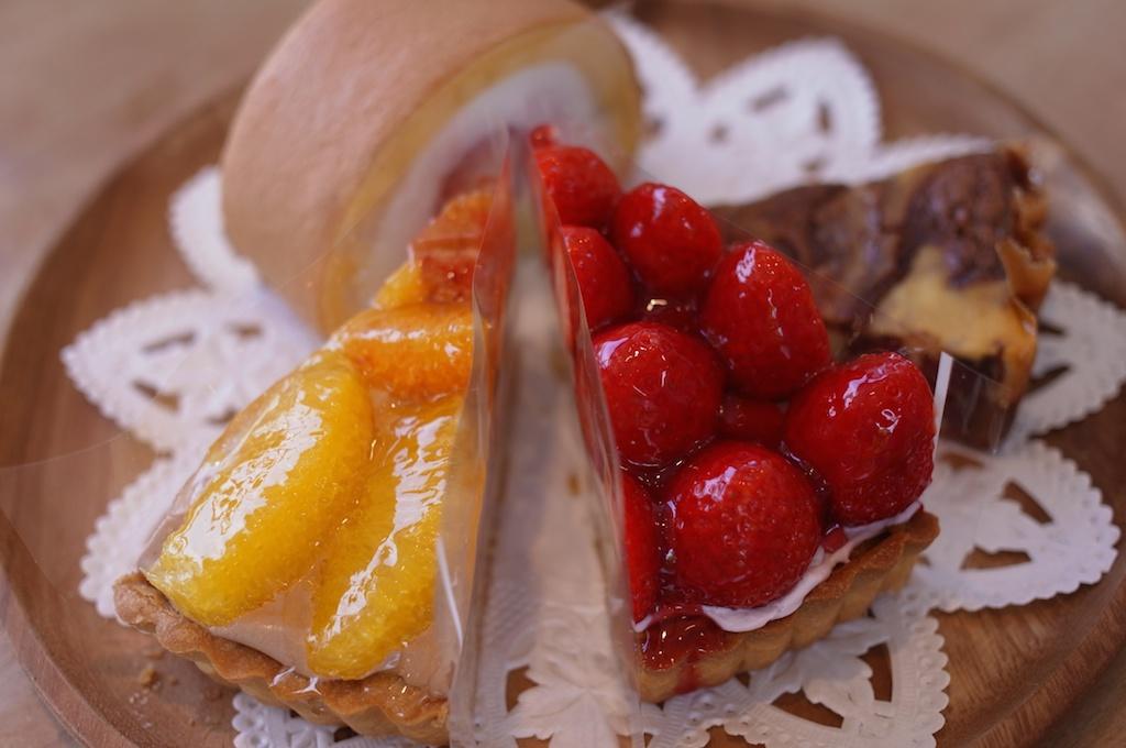 糸島産オレンジのチョコレートムースタルトと、あまおういちごのタルト!
