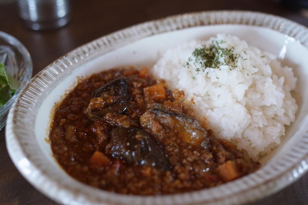 旅人カレー – 野菜とスパイスの調和から生まれる旨味が光るキーマカレー!