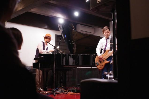 辛島さんは、ピアノの上に置いたキーボードもプレイ!