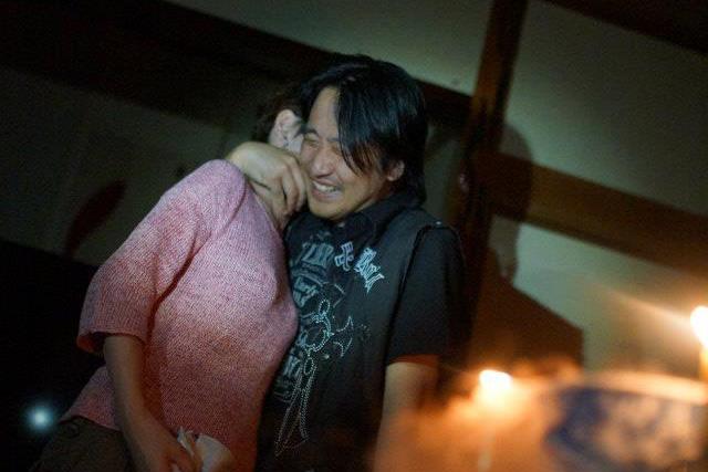 嫁と抱き合い感動