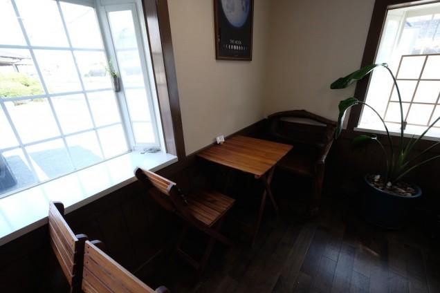 シンプルながら、内装と上手く調和がとれたテーブル