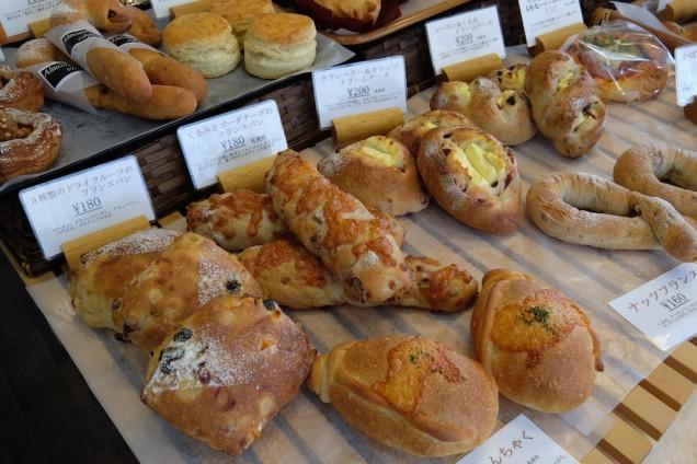 ズラリと並ぶパンは、甘い系やナッツ系、シンプルなパンまで様々!