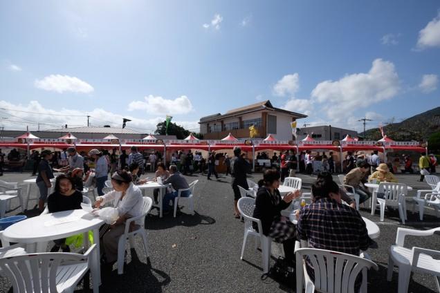 グルメグランプリのお店がコの字型に並び、中央がテーブル席になっています。