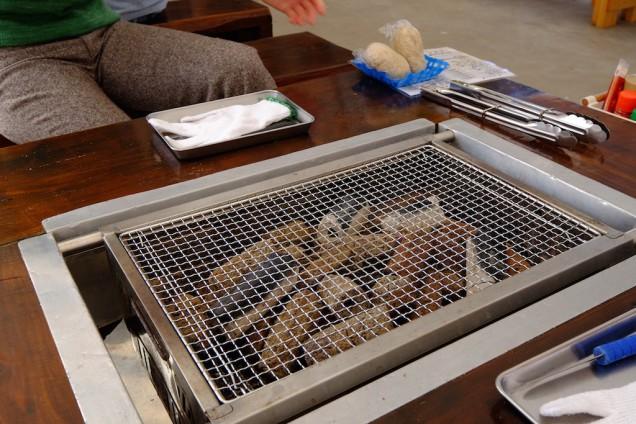 テーブルはすでに炭が準備されていて熱々!