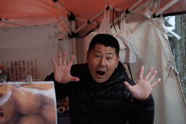 食工房たまひろの中西さんは、寒い中「糸島アンダーギー」の販売中です!