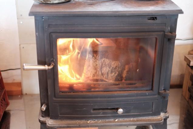 寒い日にはありがたい薪ストーブ!