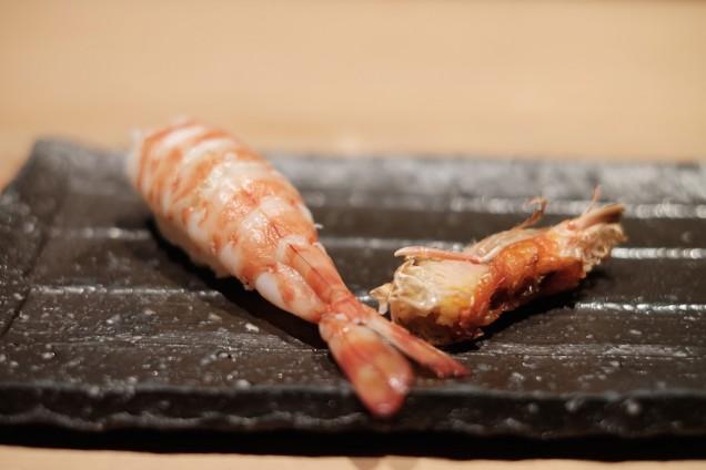 海老。横にあるのは海老の頭の素揚げ。そのまま全部食べられる!