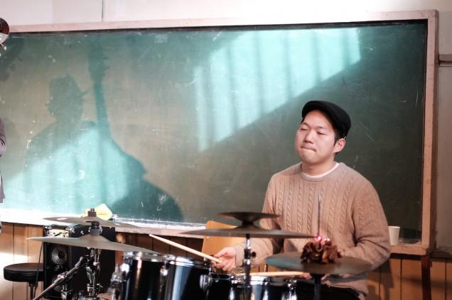 ドラム、崎田治孝。終始、余裕のプレイでリズムを作っていく!