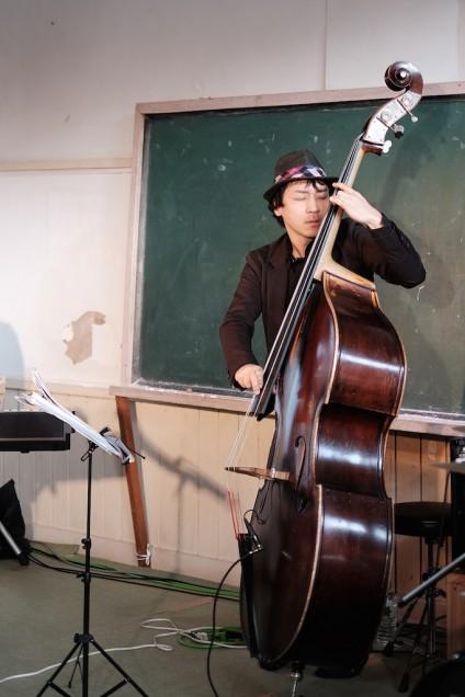 ベース、権上康志。フレットレスなコントラバスを弾ける人は尊敬します!