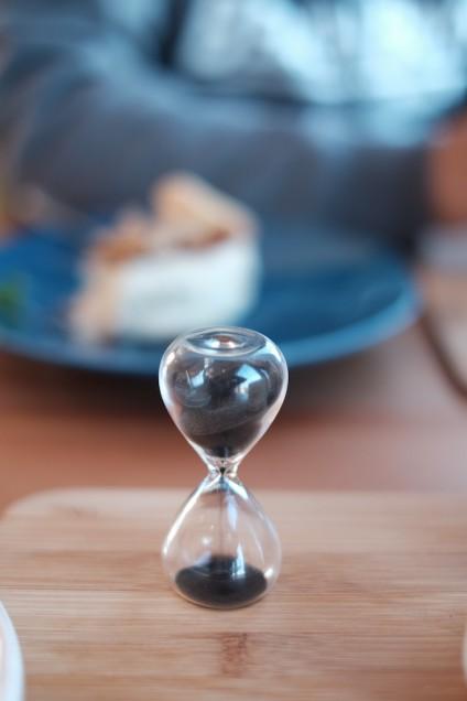 砂時計が落ちるのを待ってからカップに注ぎます