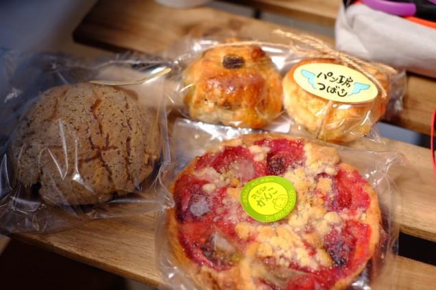パン工房つばさのコーヒーメロンパンと、惣菜畑がんこさんのイチゴのタルト!