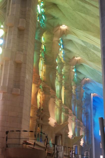 内部に入るとステンドグラスを通した光が鮮やか