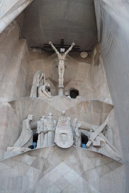 直線的な彫刻が並ぶ受難のファサード