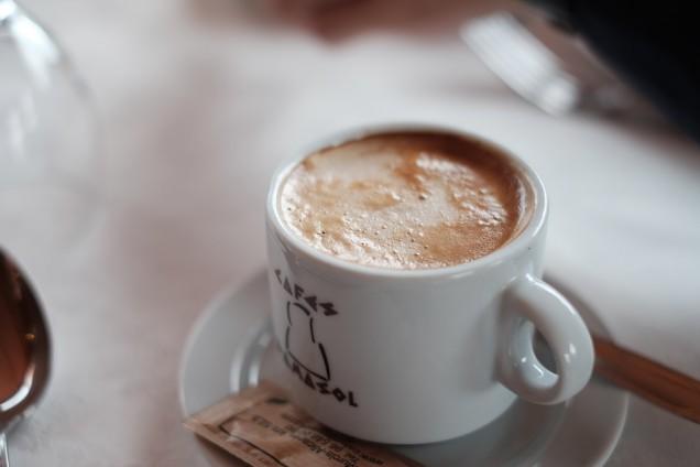濃いめのコーヒーにたっぷりとミルクを入れるのが主流!