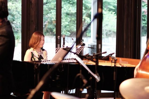 ピアニスト岡本優子さん。一番遠い場所で撮影しにくかったのが残念。