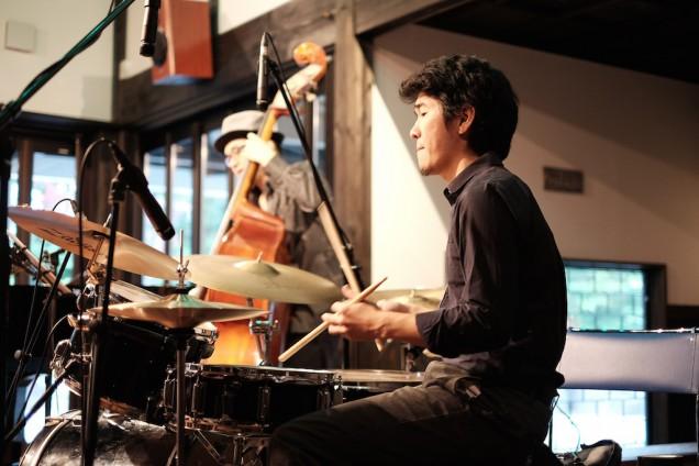 ドラムス中村亮さん。タイトなプレイが気持ちいい!