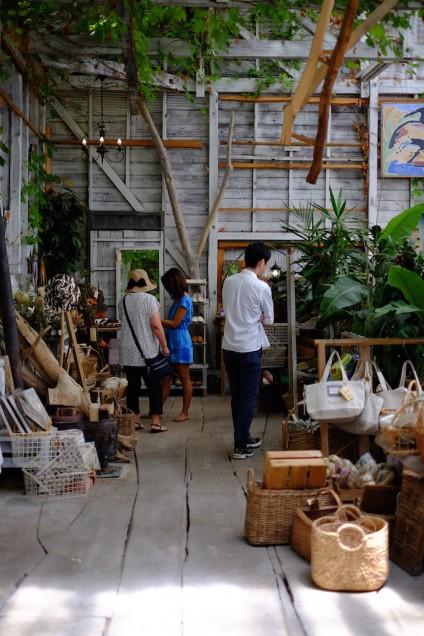 店内の一番奥はオリジナルのバッグや靴が多数あります!