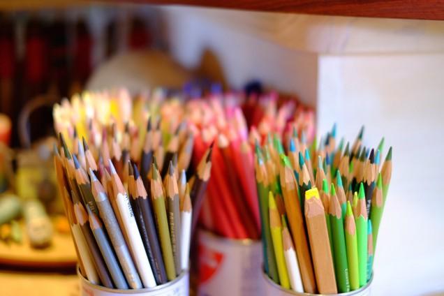カウンターに並ぶ色鉛筆も凄い!秋田さんが描いた絵もぜひ見てください!