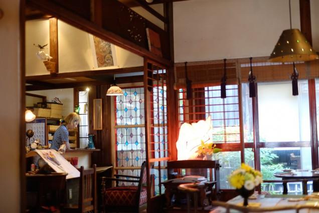 奥に写っているのがオーナーの秋田さん。最近金髪になりました。