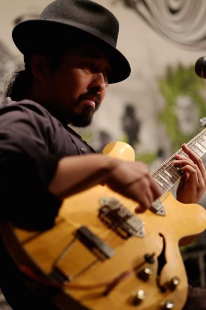 ギターは、ローランドのジャズコーラスからの出音がシビれます!
