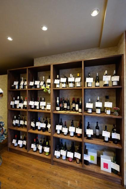 壁面にはたくさんのワインが!