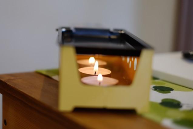 ロウソクに火を灯し