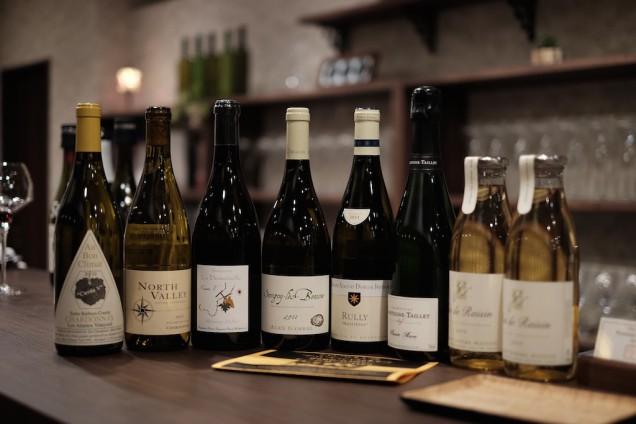 立ち飲み用以外のワインもカウンターに並べてあります