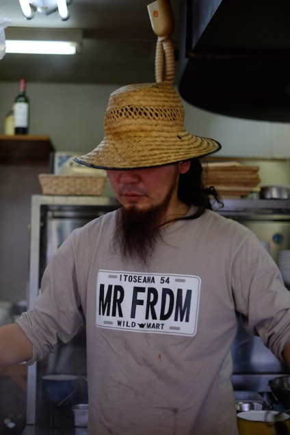 調理中の店主、吉村さん!