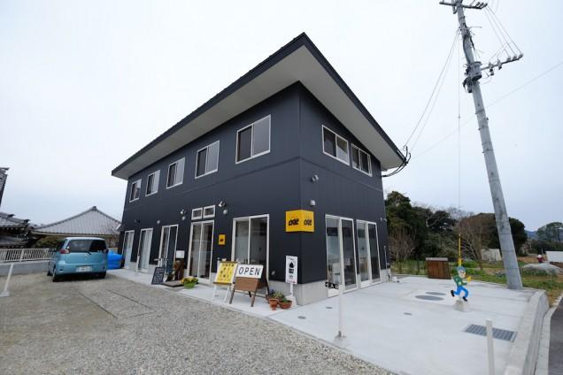 黄色の看板が印象的な建物