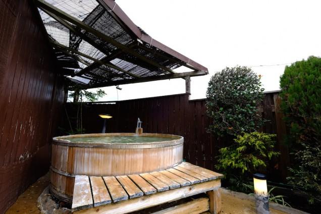 一番奥は円形で大型の木風呂