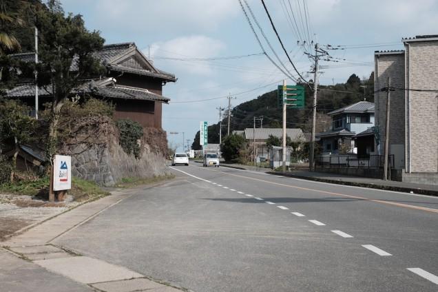 お店の前の道路。近くには「にぎやかな春」もあります!